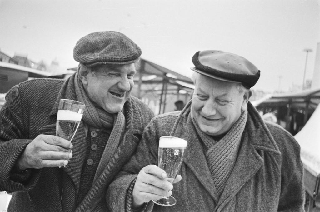 next-world2ビール片手に元気そうに語らう2人の老人