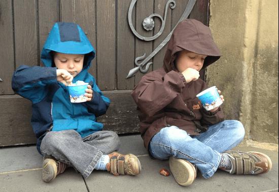 アイスを食べる少年