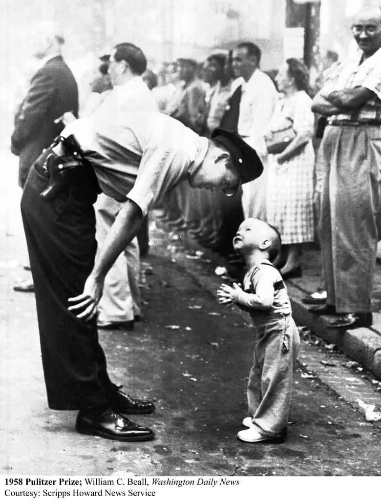 チャイナタウンの男の子と警察官