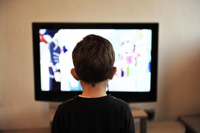 子供がテレビを観ているところ