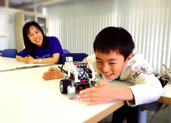 プログラミングスクールのスタッフと子供