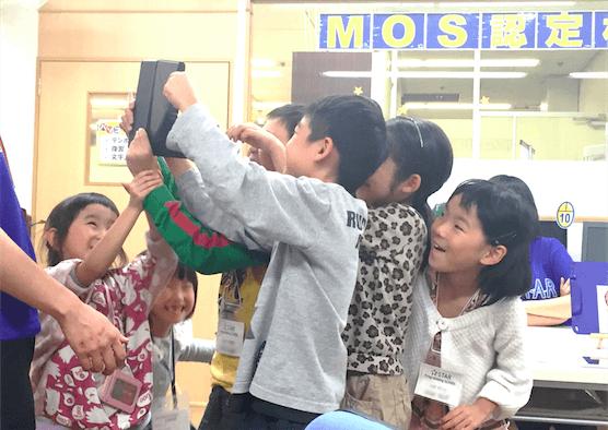 タブレットに集まる子供