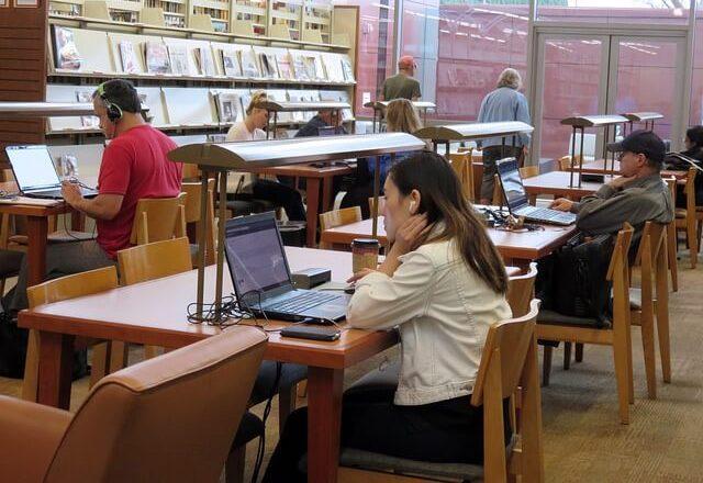 図書館で学ぶ社会人
