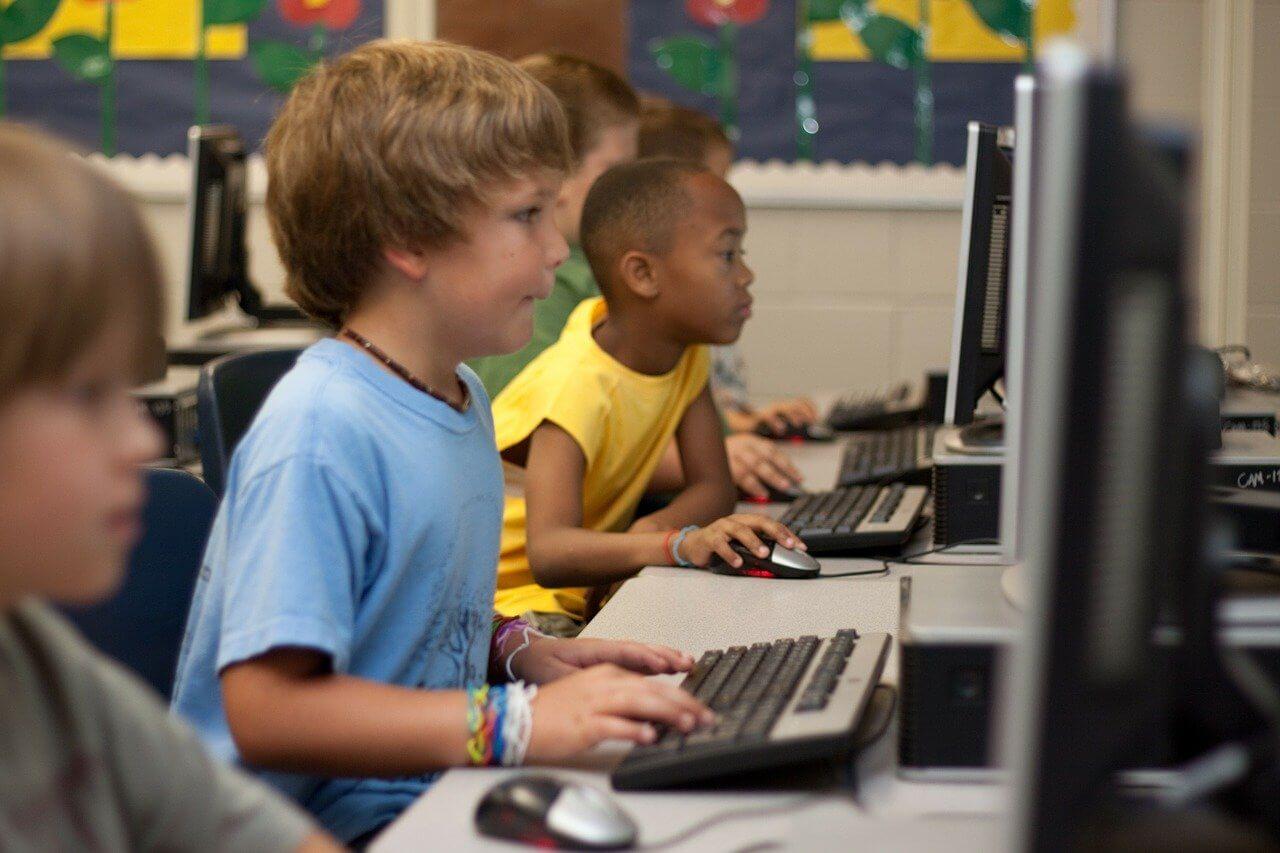 オンラインで学ぶ子どもたち